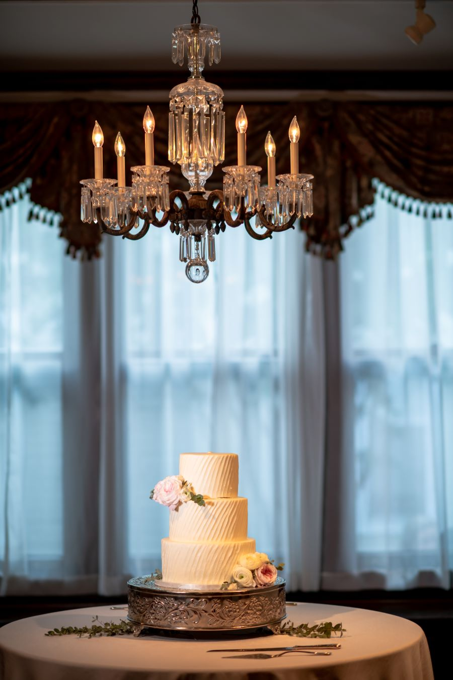 Simple and romantic wedding cake under chandelier / Romantic / Traditional / Summer / June / Blush / Grey